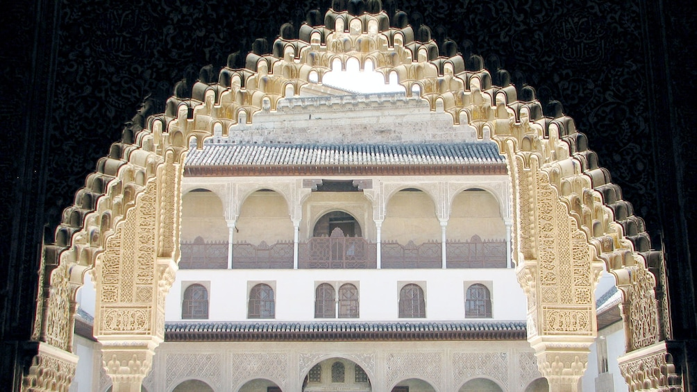 Foto 3 van 5. ornamented archway at the Alhambra Palace in Granada