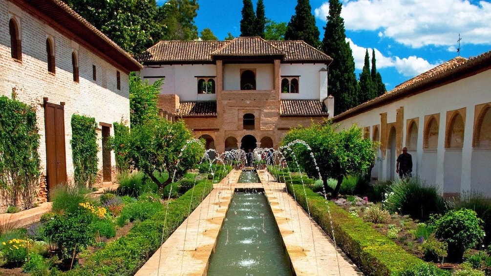 Foto 1 van 5. fountain and waterworks at the Alhambra Palace in Granada