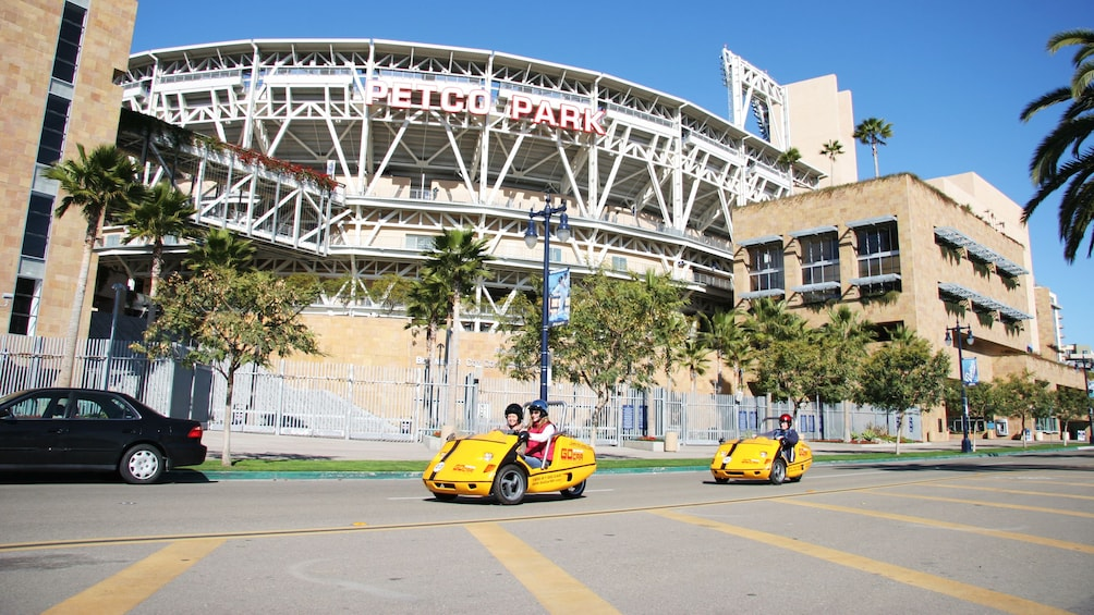 Carregar foto 2 de 5. Couple of two seater gocars in front of petco park in San Diego