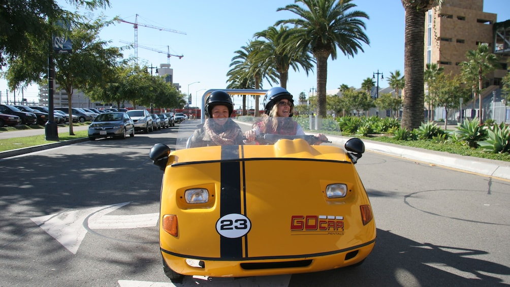 Carregar foto 4 de 5. Front of gocar driving around on the streets of San Diego