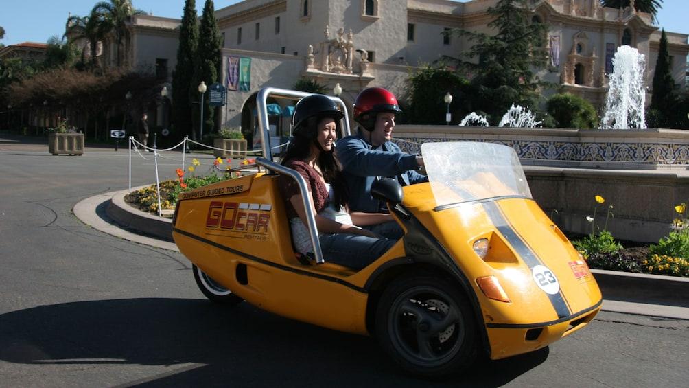 Carregar foto 3 de 5. Couple in two seater convertible gocar in San Diego