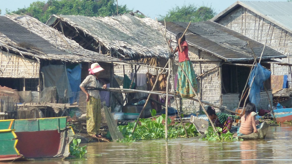 Apri foto 5 di 9. Villagers at Tonle Sap Lake in Sieam Reap