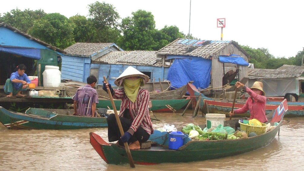Men and women sailing on the waters of Tonlé Sap