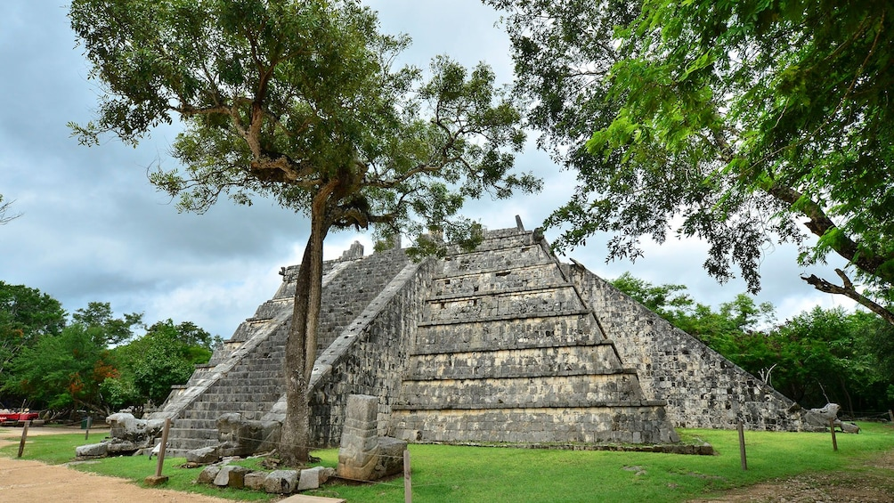 Charger l'élément 3 sur 5. Osario pyramid at Chichen Itza