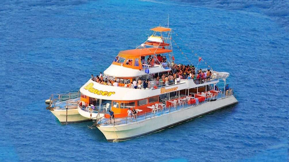 Charger l'élément 4 sur 10. Boat anchored off the shore of Cancun Mexico