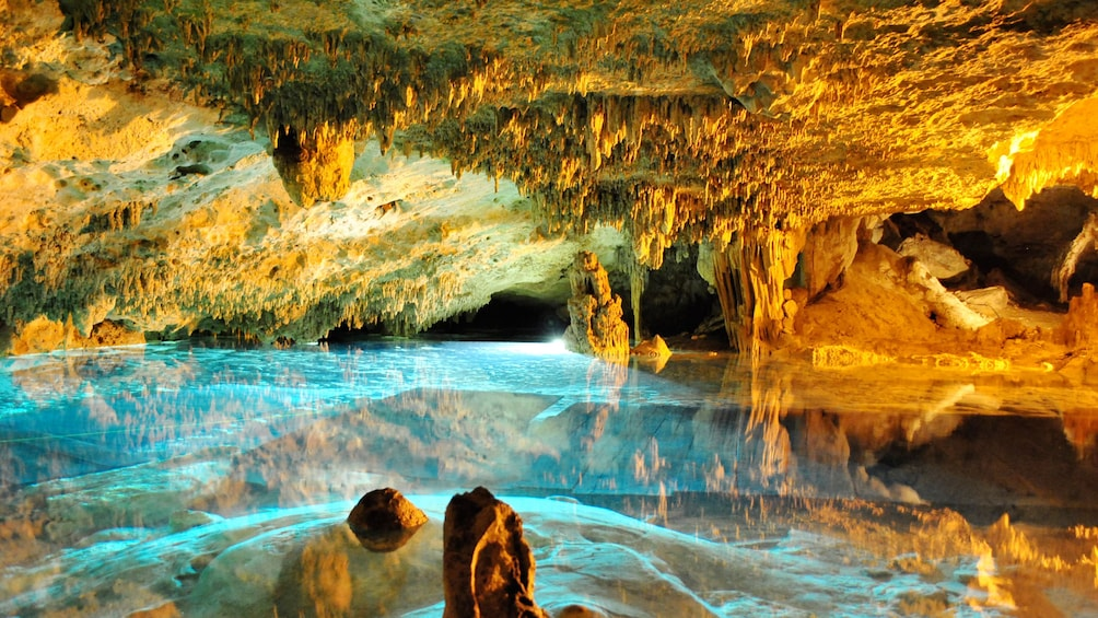 Charger l'élément 10 sur 10. Colorful lights reflecting off the water in an cave in Mexico