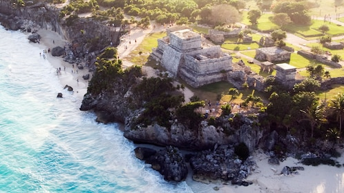 Aerial view of Tulumn overlooking the rocky cliffs and coastline of Cancun