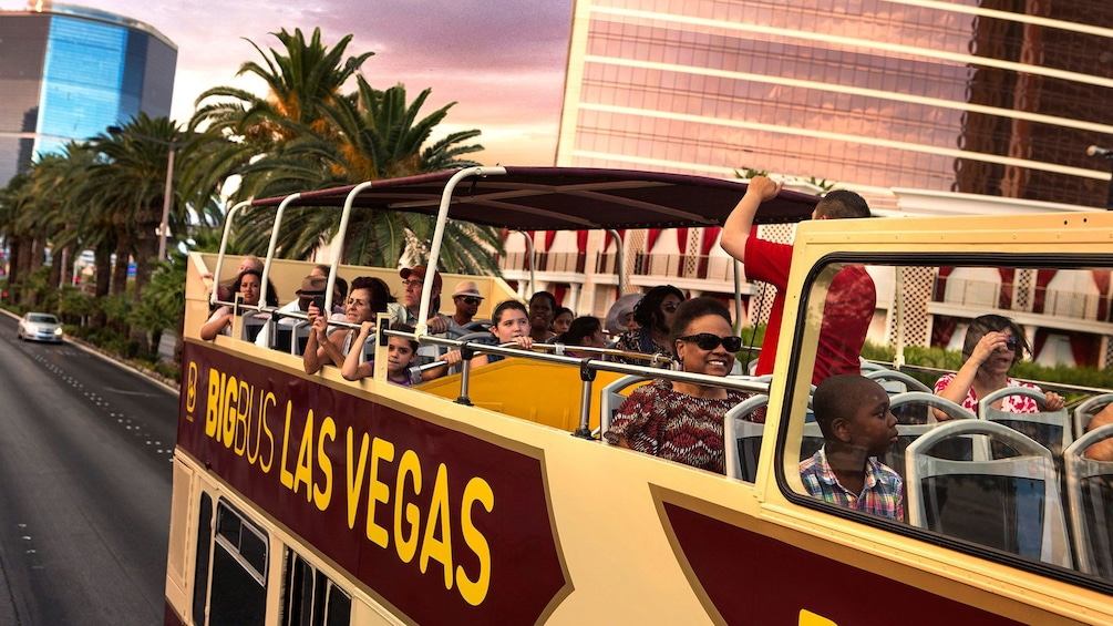 Foto 9 van 9. Las Vegas double decker bus tour of the city attractions