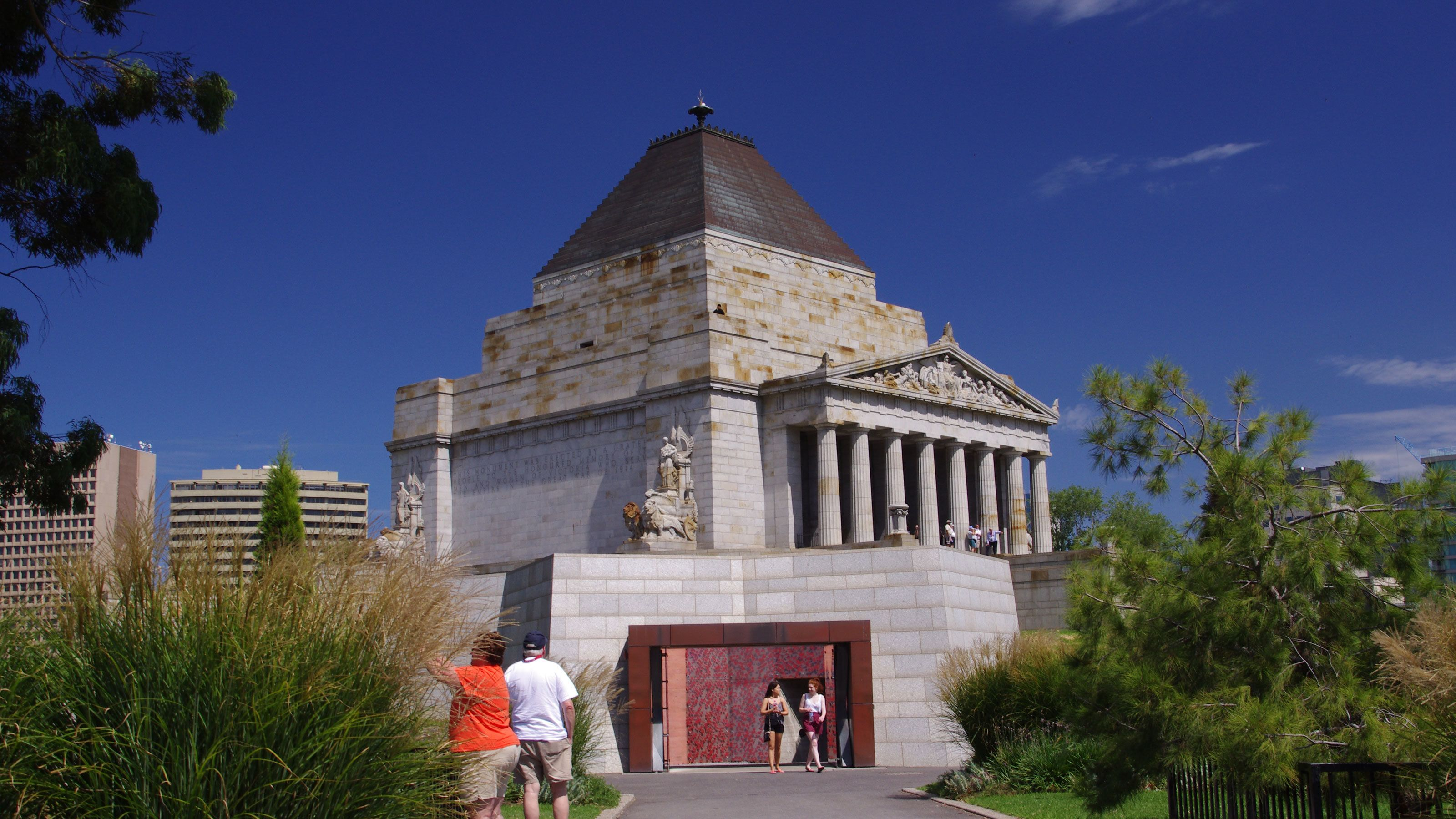 Side view of the columned stone building of the Shrine of Remembrance in Melbourne