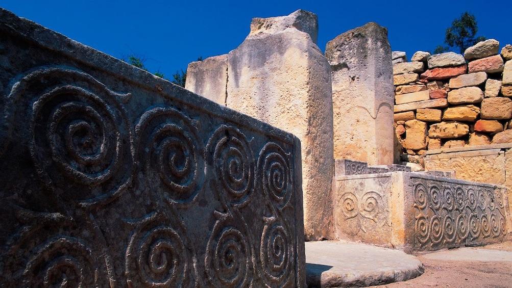 Lataa valokuva 2 kautta 4. ornamented stone slabs at the prehistoric temple in Malta