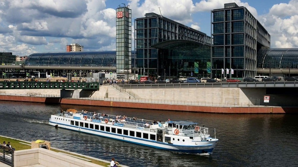 Cargar ítem 5 de 10. River cruise boat sailing down the Spree river in Berlin