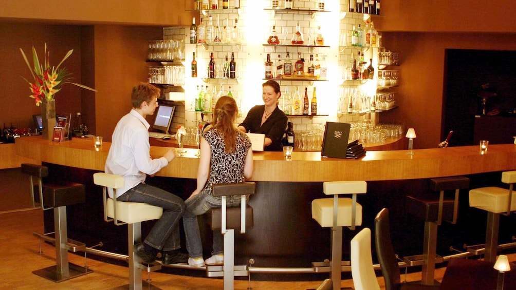 Couple having drinks at the bar at Nocti Vagus - Dunkelrestaurant
