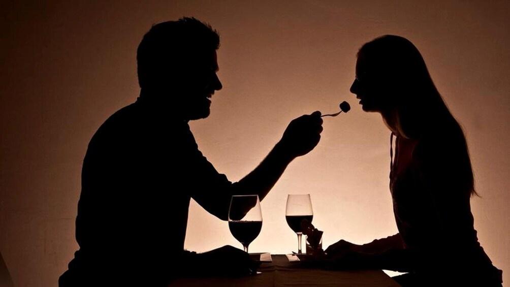 Åpne bilde 3 av 7. Couple enjoying dinner at Nocti Vagus - Dunkelrestaurant