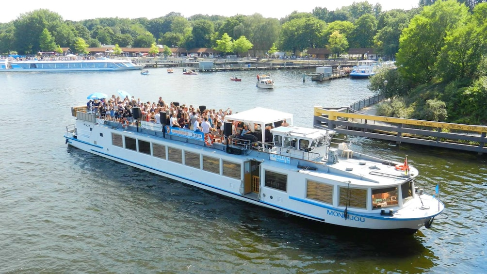 Åpne bilde 1 av 5. river cruise boat on the Spree river in Berlin