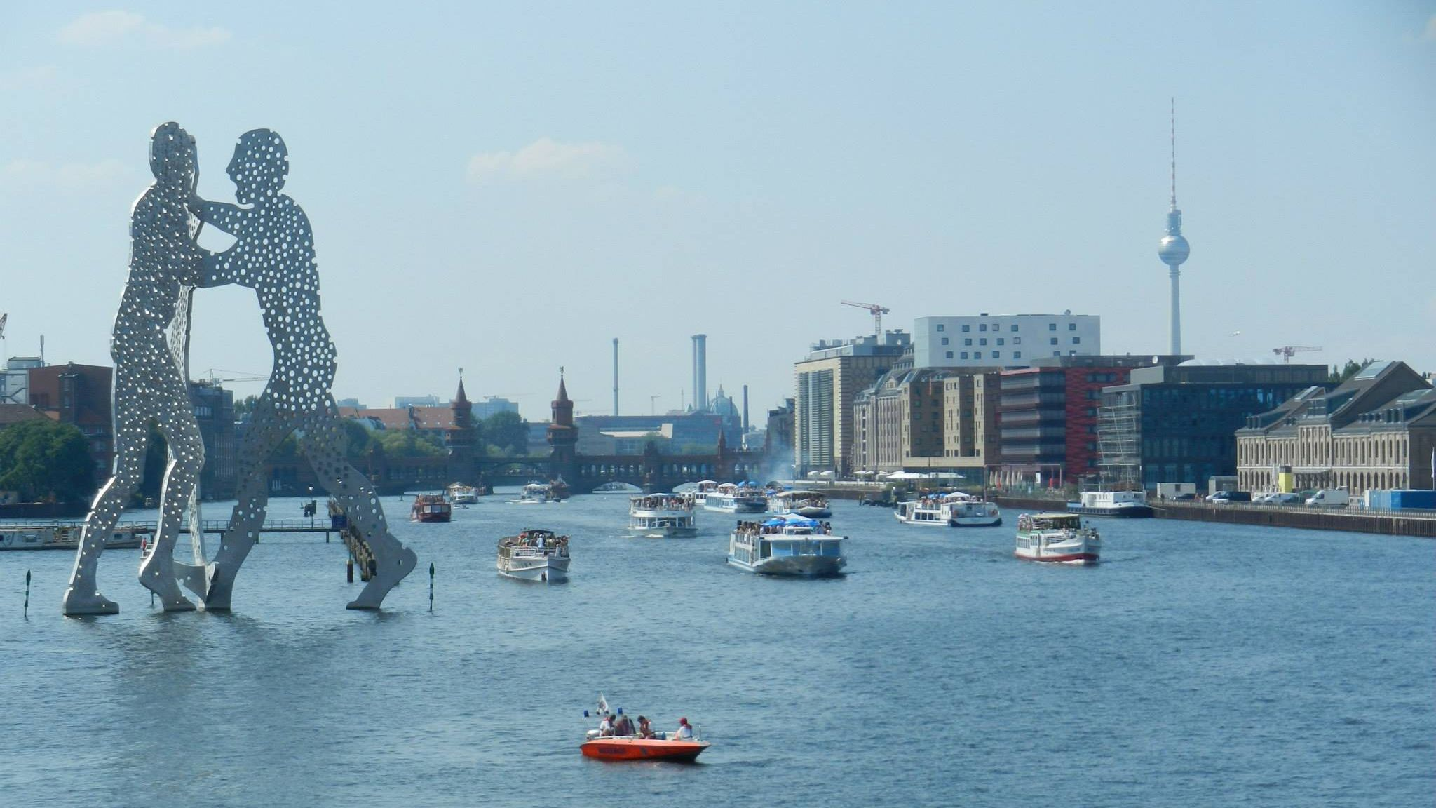 Massive sculpture of two people dancing on the Spree river in Berlin