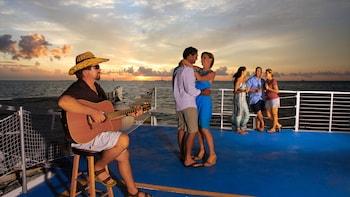 Émotion assurée lors d'une croisière au coucher du soleil sur l'océan