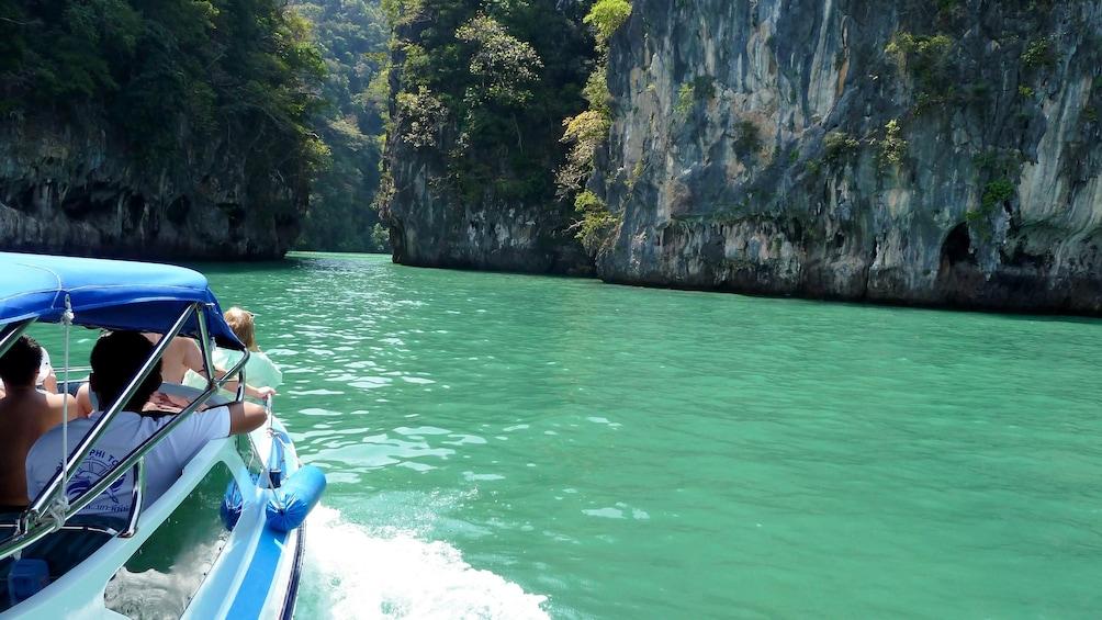 Foto 1 von 5 laden people on boat in thailand