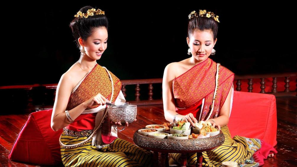 Apri foto 2 di 5. Ladies enjoying some foods in Chiang Mai