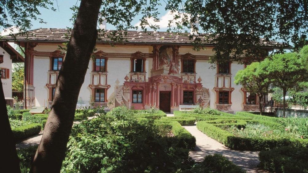 Öppna foto 4 av 10. Bavarian courtyard