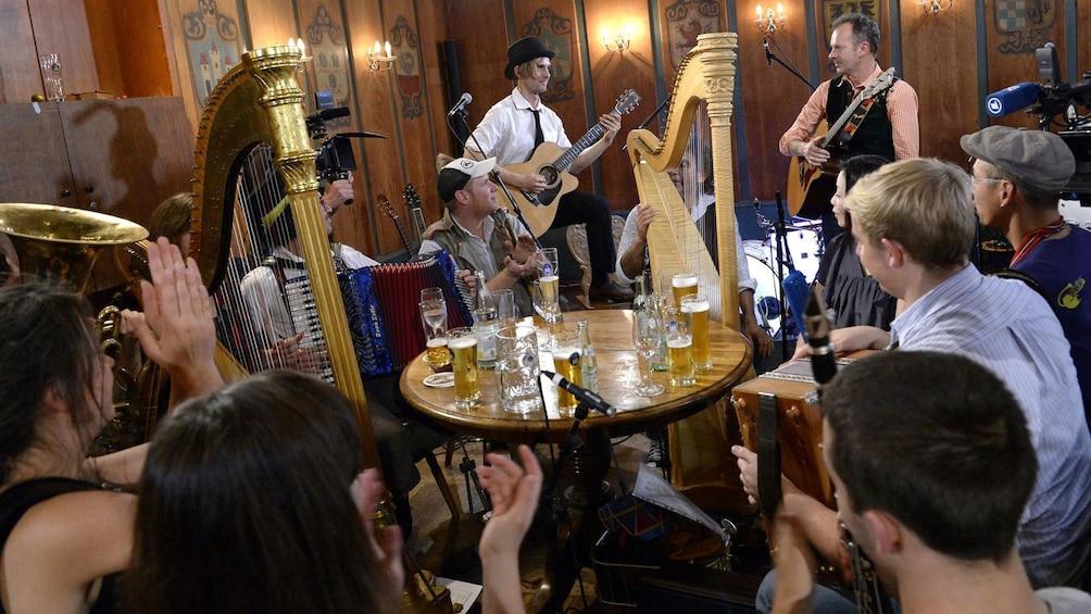 Foto 3 von 5 laden Live band performing in a bar in Munich