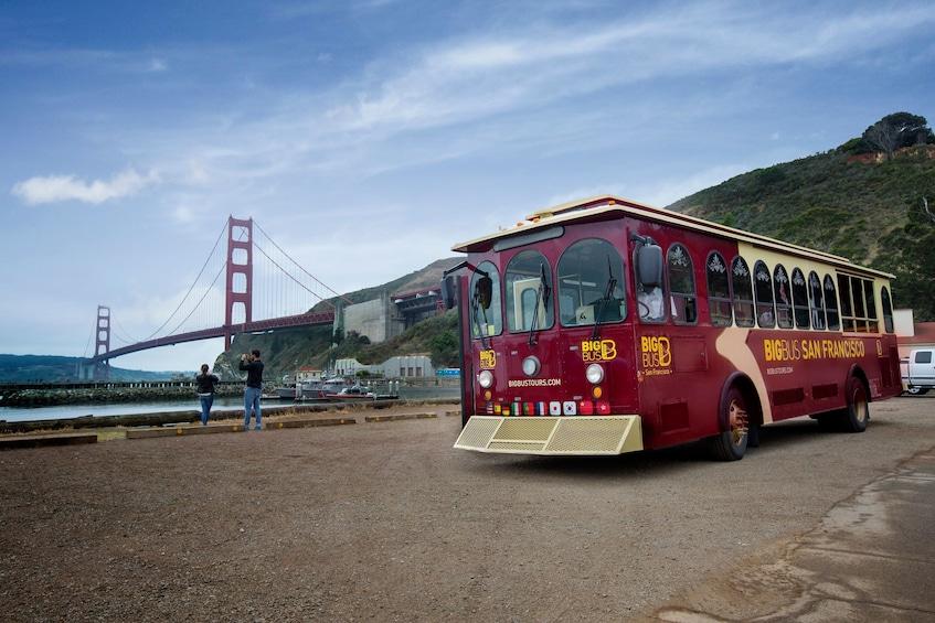 Carregar foto 3 de 10. Alcatraz Ticket with Roundtrip Ferry & Hop-On Hop-Off