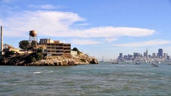 Alcatraz-pakke: Hop-på-hop-af-buskort, sejltur og byrundvisning