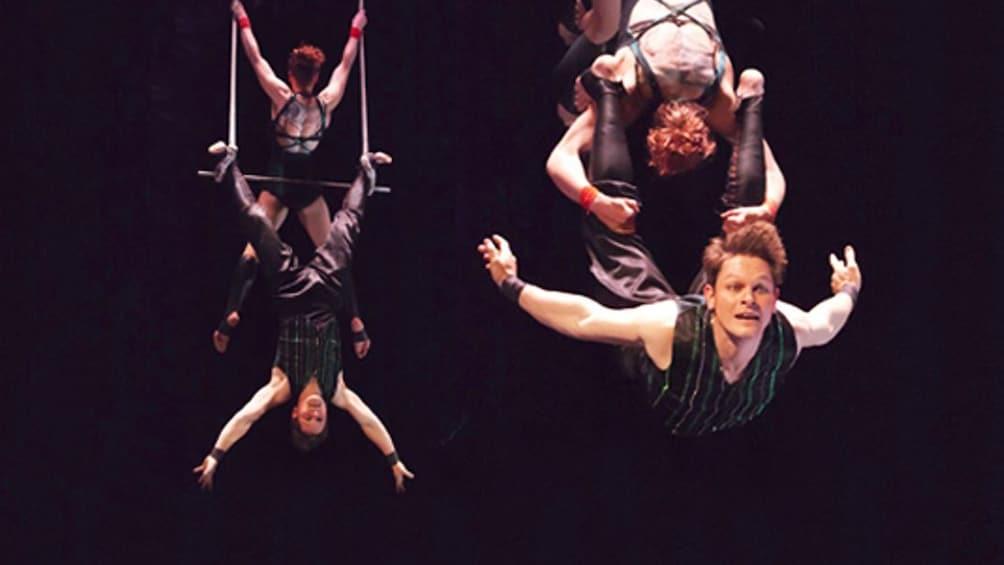 Öppna foto 3 av 5. Trapeze performers in Frankfurt