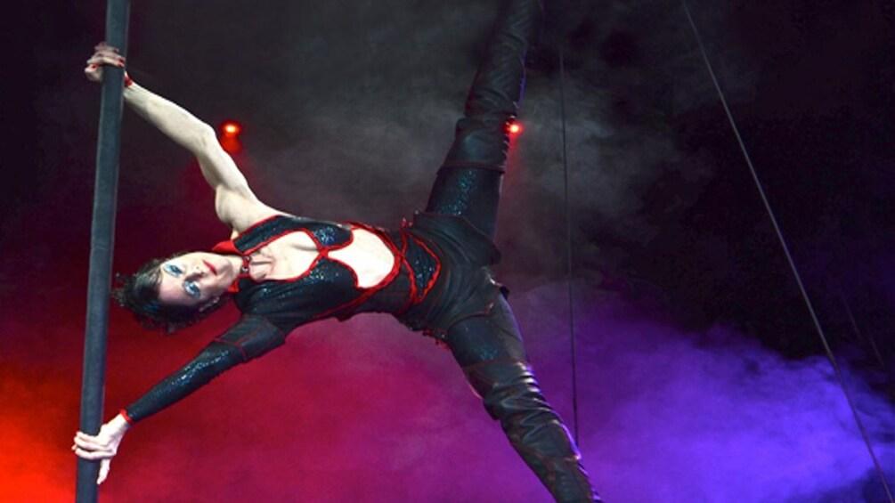 Öppna foto 1 av 5. Aerial performer in Frankfurt