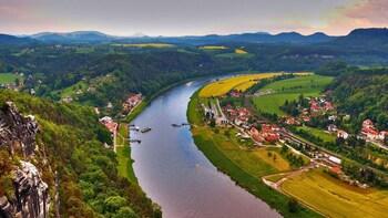 Foto 2 von 5 laden View of the Elbe near Rathen in Saxon Switzerland