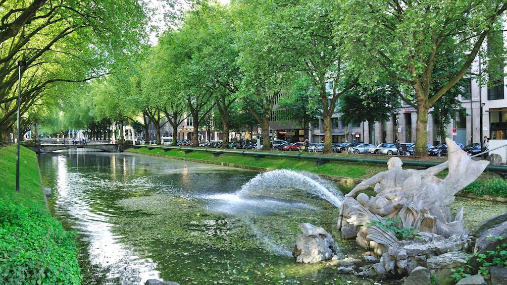 Foto 3 von 5 laden Fountain at the park in Dusseldorf