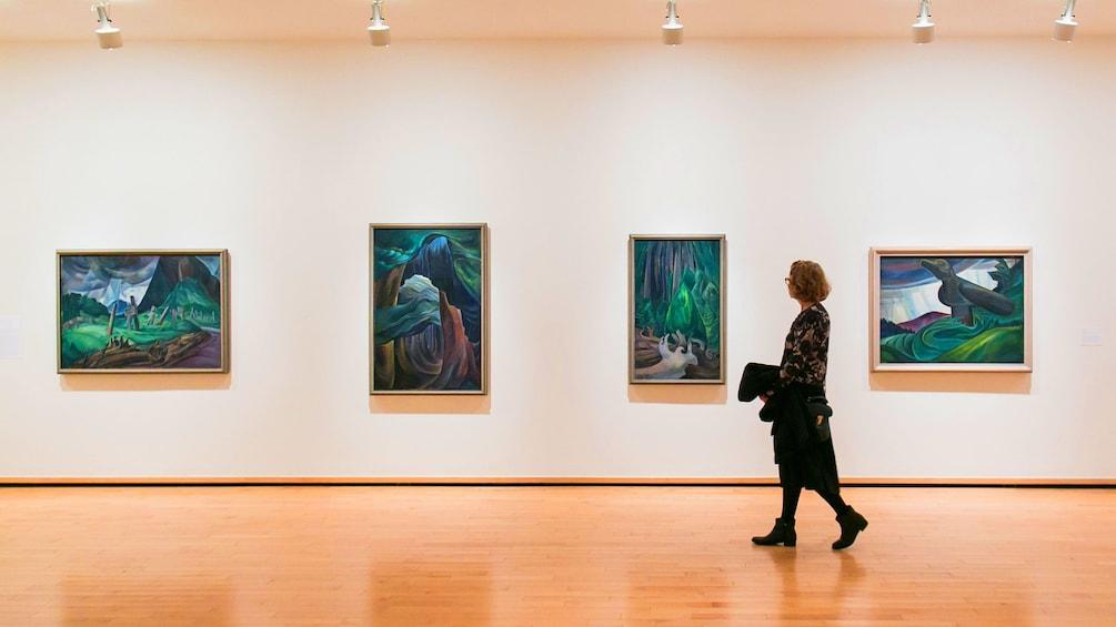 正在顯示第 1 張相片,共 8 張。 Woman looks at paintings in Vancouver Art Gallery in Canada