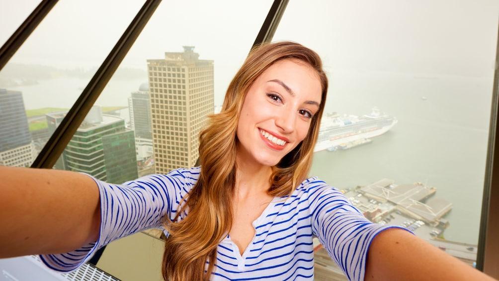 正在顯示第 1 張相片,共 15 張。 Woman takes a selfie at Vancouver Lookout
