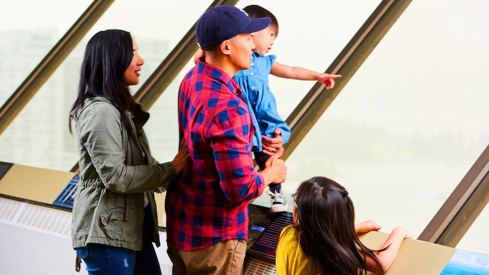 正在顯示第 5 張相片,共 15 張。 Family looks at the skyline from Vancouver Lookout