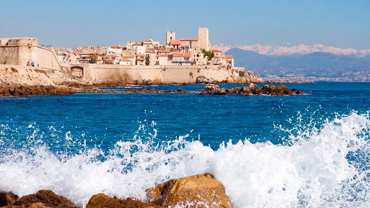 Waves crashing into the shore in Cannes