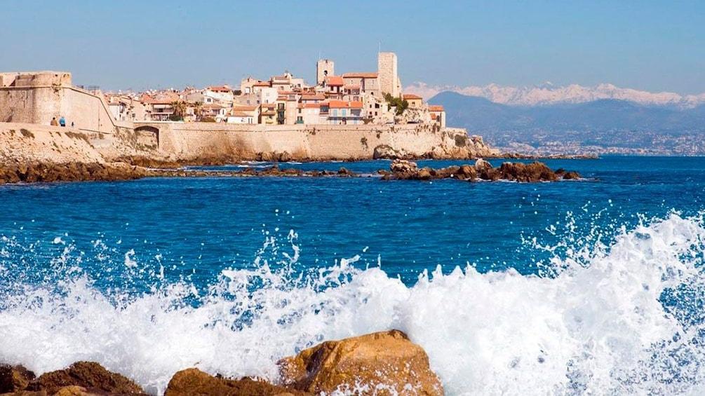Charger l'élément 2 sur 4. Waves crashing into the shore in Cannes