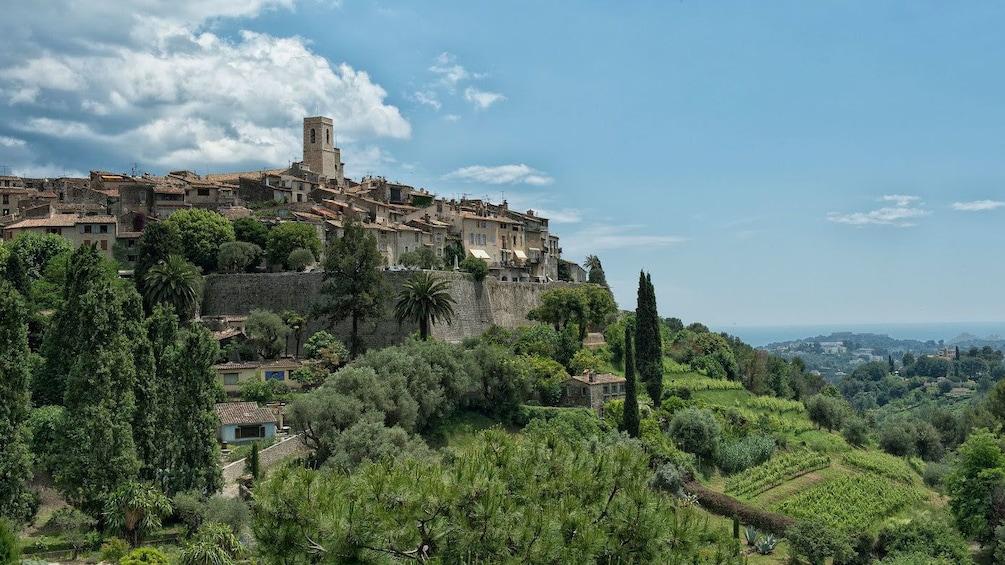 Foto 4 von 5 laden Side view of the St. Paul de Vence village