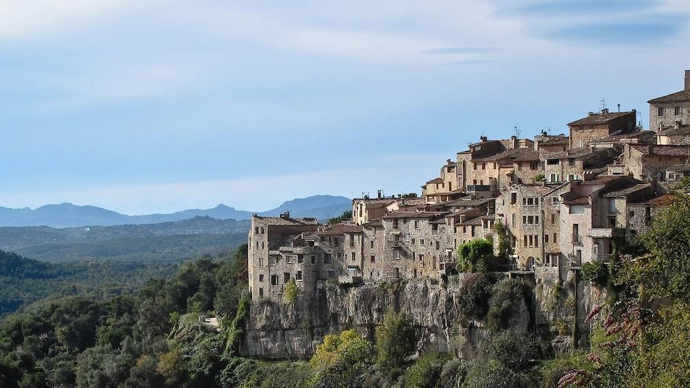 Foto 1 von 5 laden Close view of the village of St. Paul de Vence