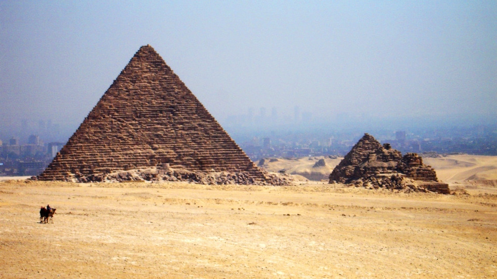 Foto 2 van 6. Landscape view of Giza