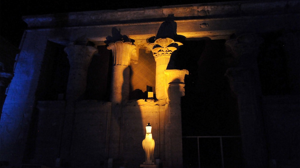 Foto 4 von 5 laden Columns of the Philae Temple lit up at night in Aswan