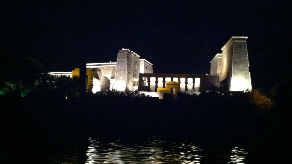 Foto 2 von 5 laden Philae Temple lit up at night and reflected in the reservoir in Aswan