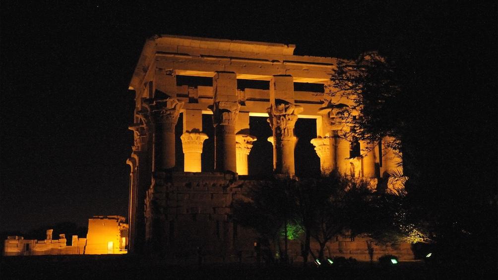 Foto 3 von 5 laden Trajan's Kiosk lit up at night on the island of Philae in Aswan