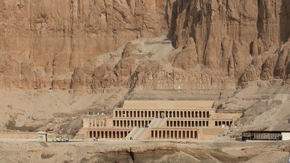 Foto 3 von 8 laden temple built in to cliff in egypt