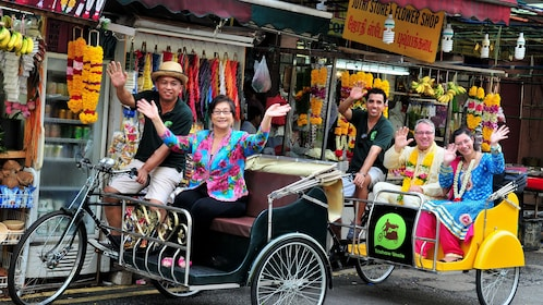 people in tricycle carriage touring chinatown in Sinapore