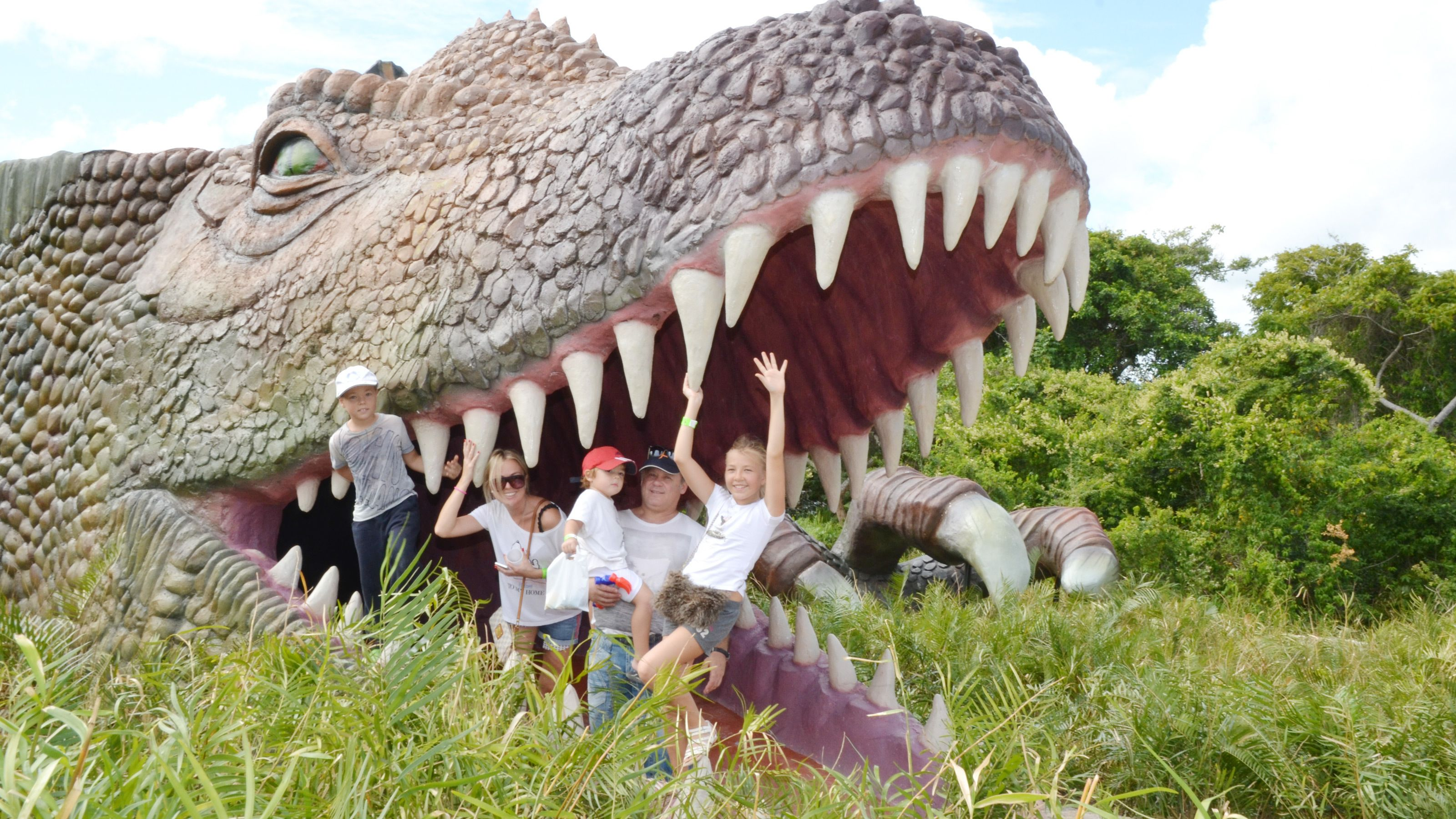 children playing in mouth of dinosaur in Santo Domingo
