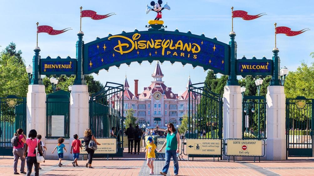 Foto 1 van 7. Entrance to Disneyland Paris