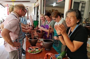 Food tour at Damnoen Saduak Floating Market with Cooking class
