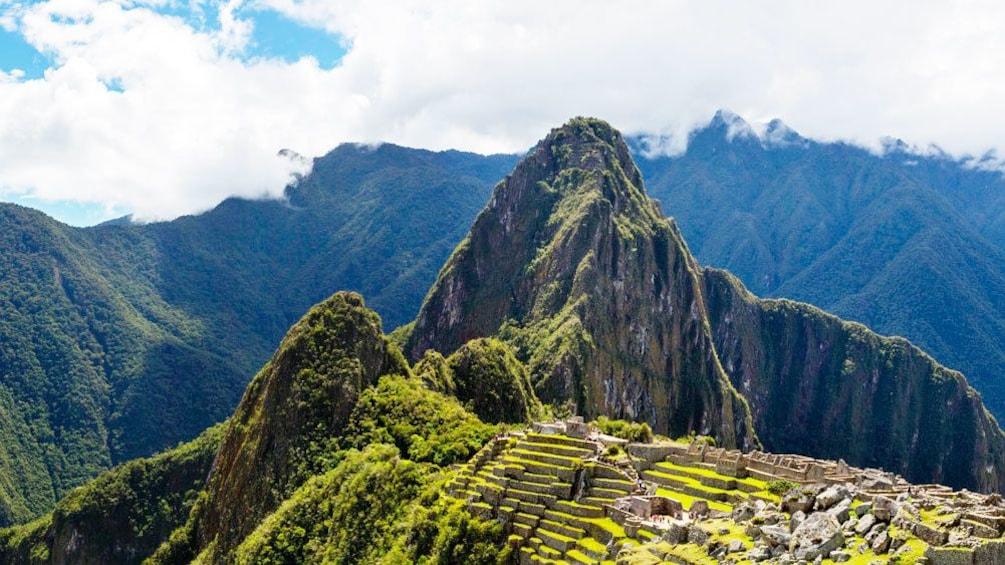 Carregar foto 2 de 10. Machu Picchu sitting high in the Andean Mountains