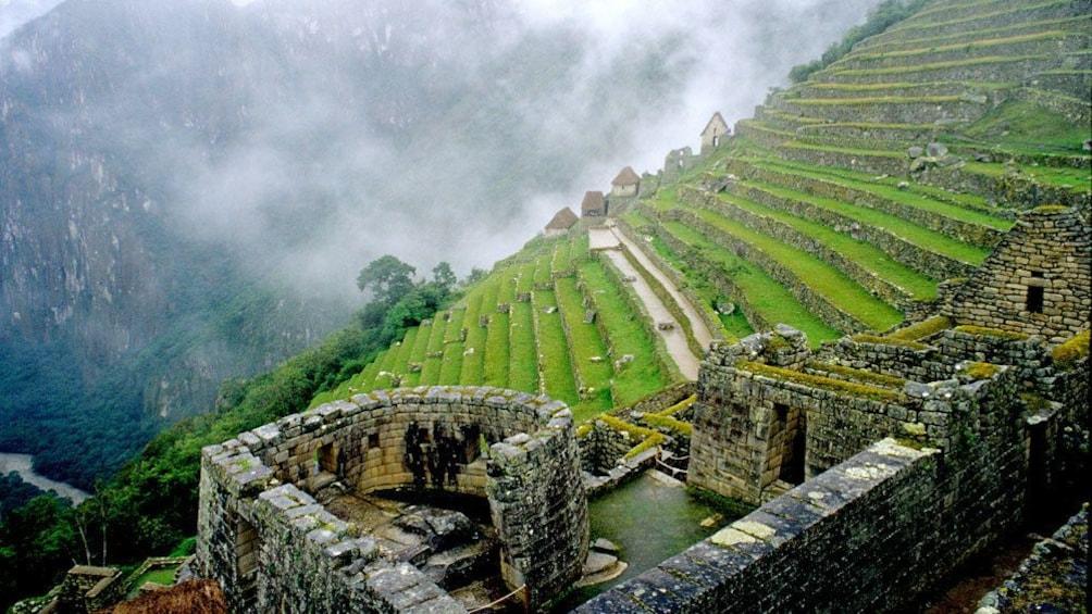 Carregar foto 5 de 10. View of Temple of the Sun ruin at Machu Picchu