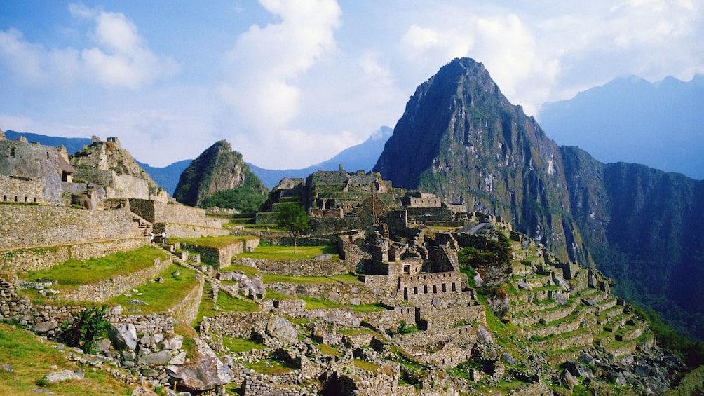 Carregar foto 1 de 10. View from the east of the ruins at Machu Picchu