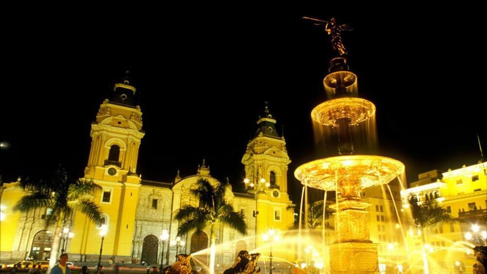 Cargar foto 5 de 6. Illuminated fountain at night in Lima